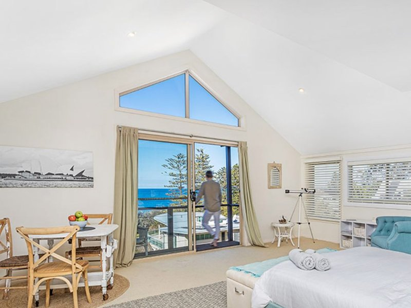 The Loft -Stunning views - opposite Sharkies Beach - 5 star quality, holiday rental in Thirroul