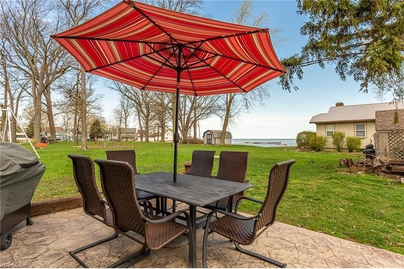 Lake Erie Views - Great for families - PRIVATE Neighborhood Beach/Park Access, holiday rental in Huron