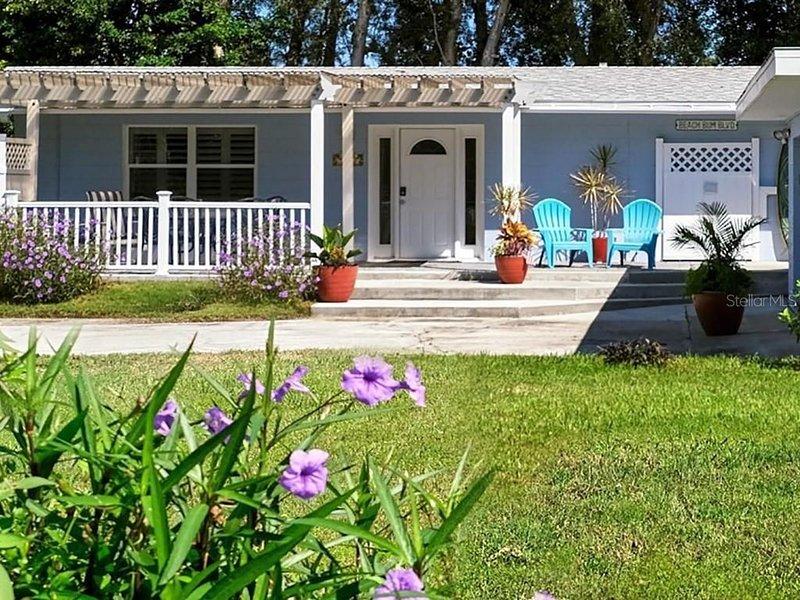 Back on Vrbo!!---Super Cute Cottage---Private & Relaxing--Walk/Bike to Beach, aluguéis de temporada em Gulf Gate Estates