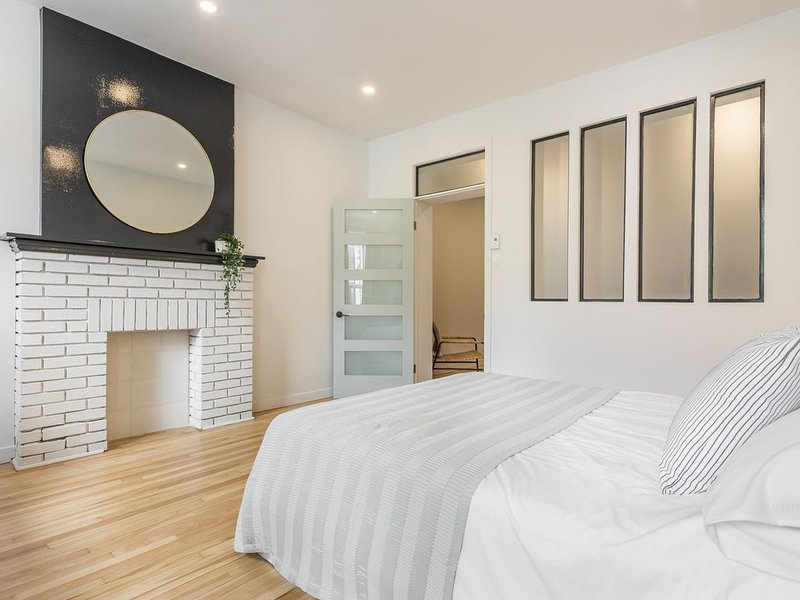 Strawberry Stays! Secret to sweet dreams!, holiday rental in Montreal