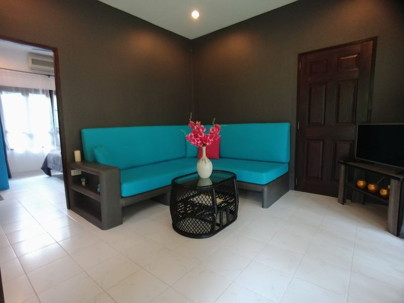Bungalow vue piscine dans résidence, holiday rental in Maret