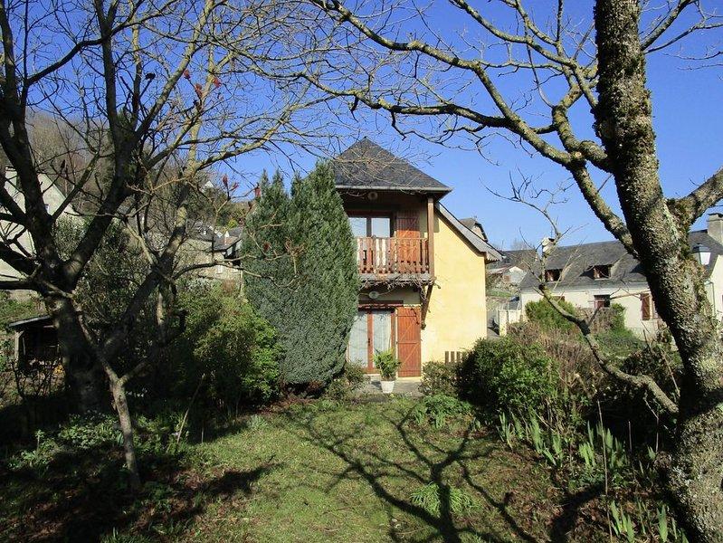 Maison avec jardin, wifi, entre Argelès-Lourdes au coeur des Hautes-Pyrénées, vacation rental in Juncalas