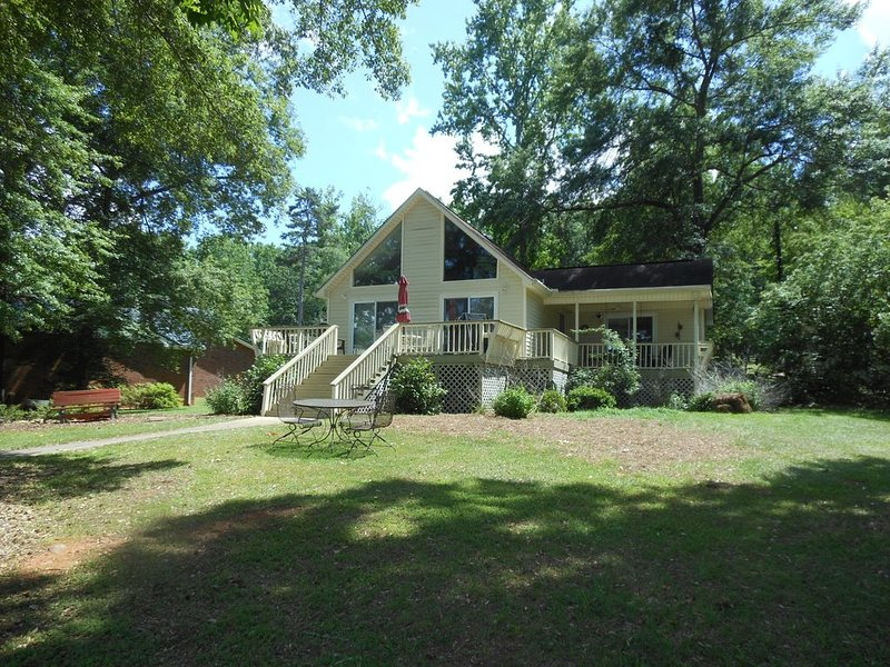 Great house on great water in perfect location on Lake Sinclair!, holiday rental in Milledgeville