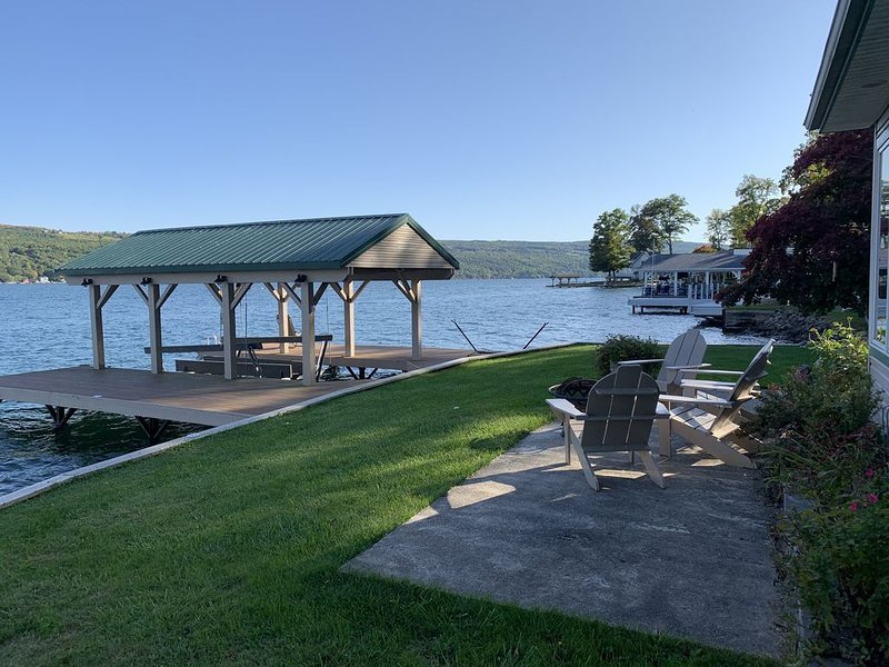 The Best Keuka Lake front - serenity, privacy and fun directly on water, casa vacanza a Tyrone