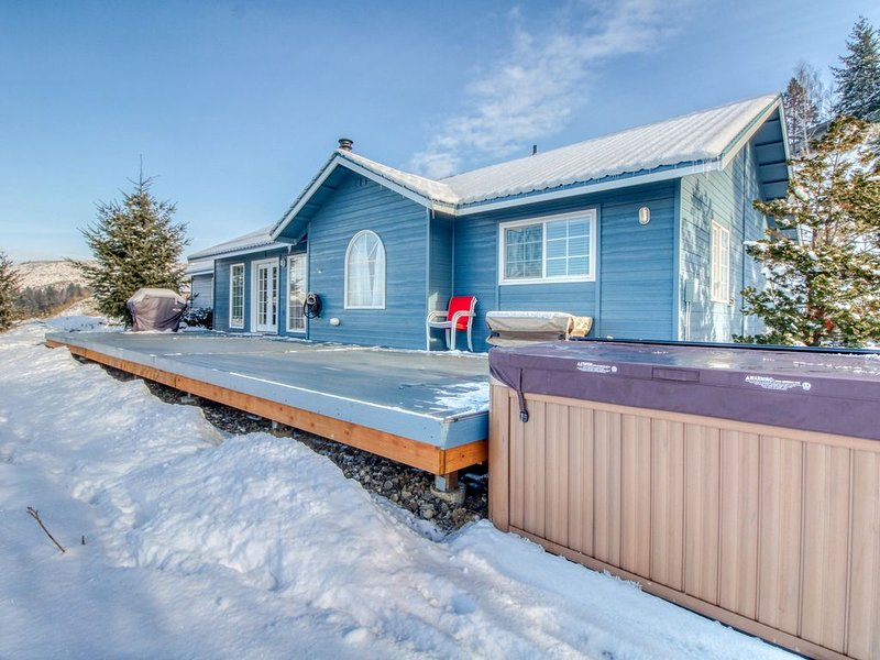 Stunning mountain view home w/ hot tub & deck - near hiking & skiing at Mission, location de vacances à Wenatchee