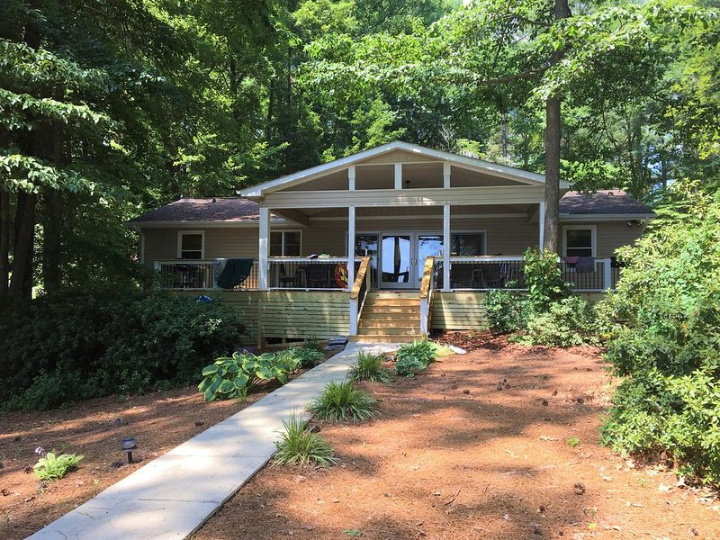 Lake Gaston Lakefront with huge deck, kayaks, SUPs, boat launch nearby, holiday rental in Vaughan