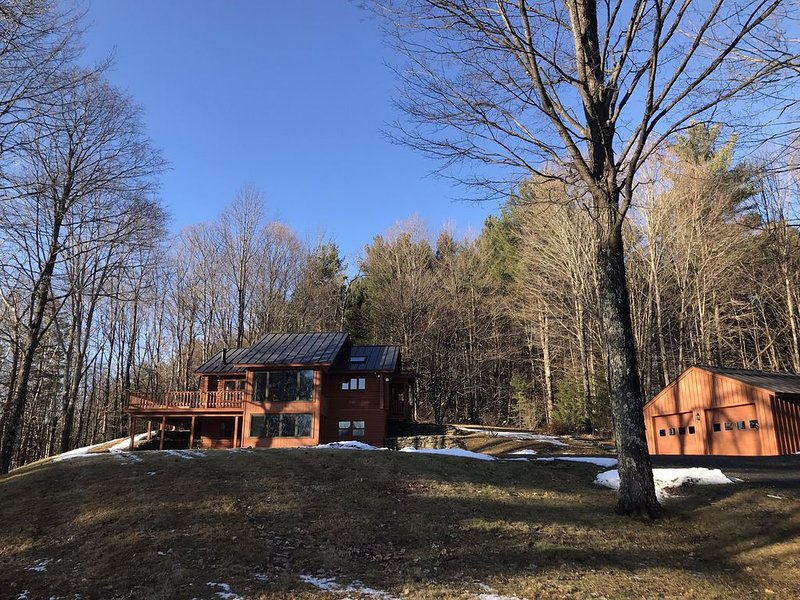 Beautiful cabin on 25 private acres in West Windsor, VT., aluguéis de temporada em Quechee