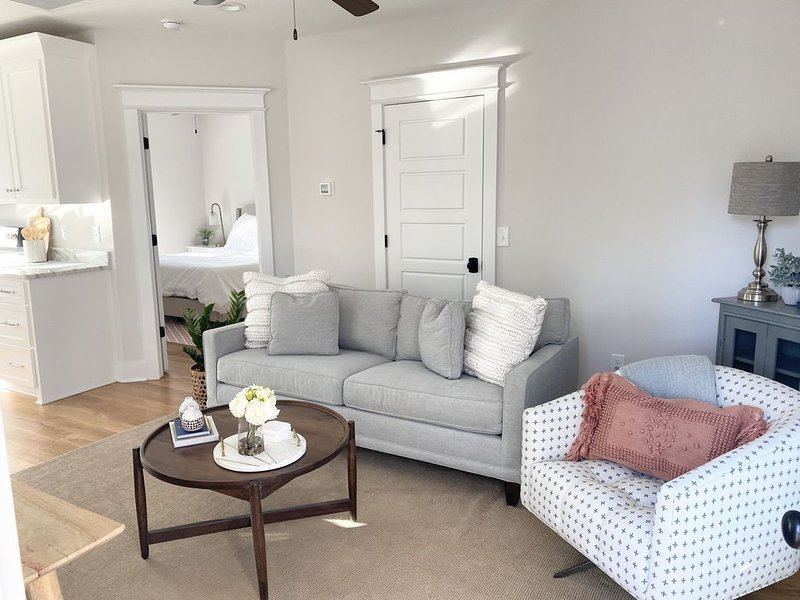 FREE BIKES Beautiful apartment in Charming Old Village Mt Pleasant near beach, location de vacances à Sullivan's Island
