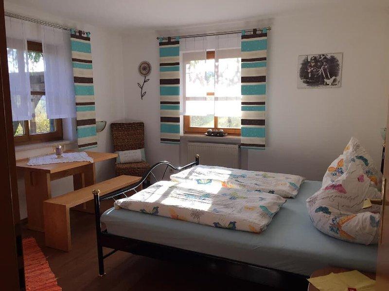 Gemütliche Ferienwohnung mit zwei Schlafzimmer für bis zu 5 Personen, holiday rental in Chamerau