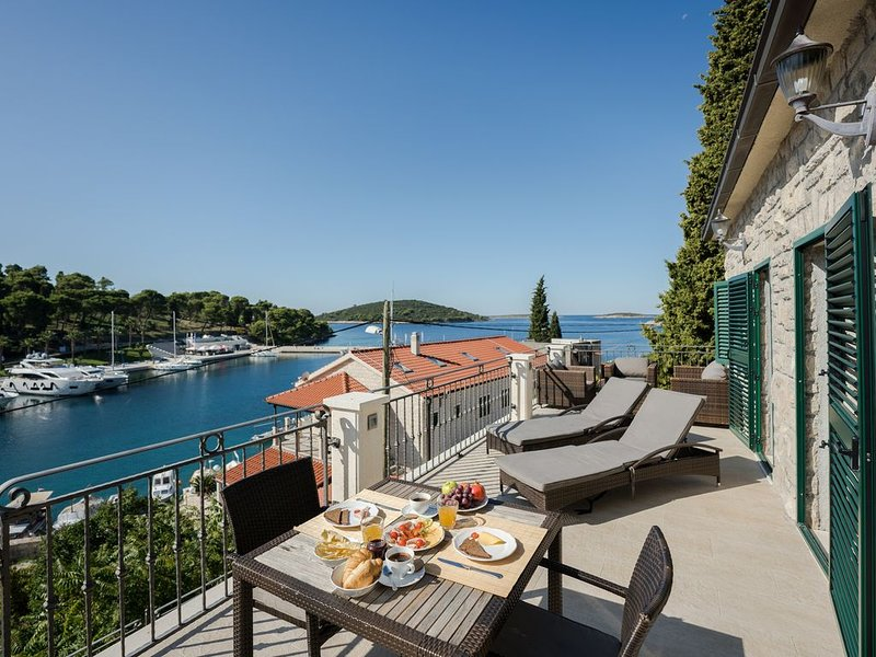 LUXURY LOCATION: BAY, CASTLES & YACHTS OF MASLINICA BEFORE YOU * A DREAM!, holiday rental in Solta Island