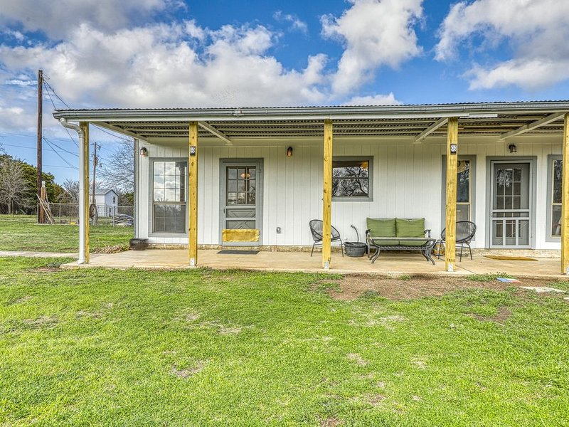 Cozy family-friendly home near river access & playground - dogs ok!, holiday rental in Liberty Hill