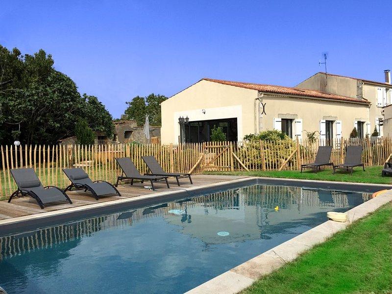 Maison ancienne rénovée de 280m² près La Rochelle, 12 couchages, piscine, vacation rental in Nuaille d'Aunis