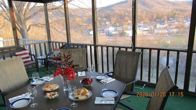 Amazing view at The Overlook!, holiday rental in Natural Bridge Station