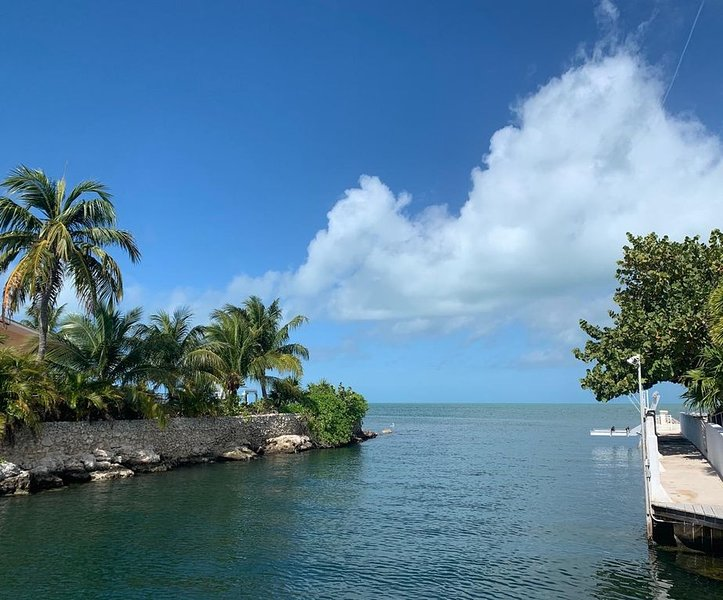 Waterfront house with 90 foot dock on canal plus private boat slip in Marathon, alquiler vacacional en Marathon