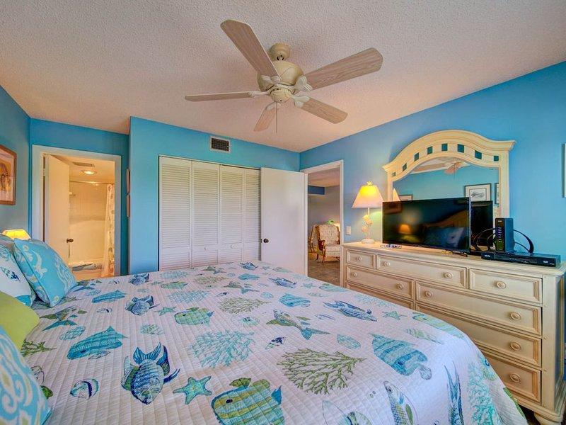 2 Bed / 2 Bath Condo - Heated Pool, Walk to Beach! 28+ Days Only, location de vacances à Stuart