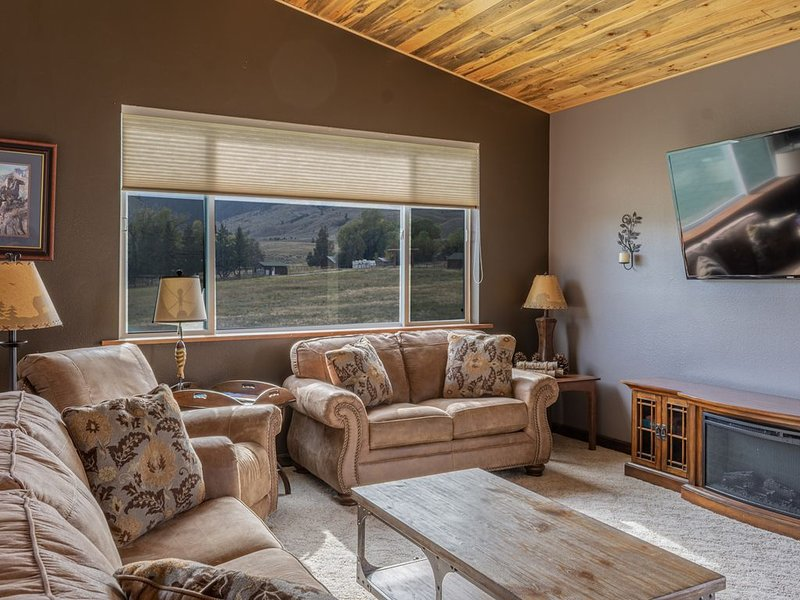 Large home ~ Sleeps up to 8, Over 1600 sq ft with amazing views & 5 star reviews, vacation rental in Gardiner