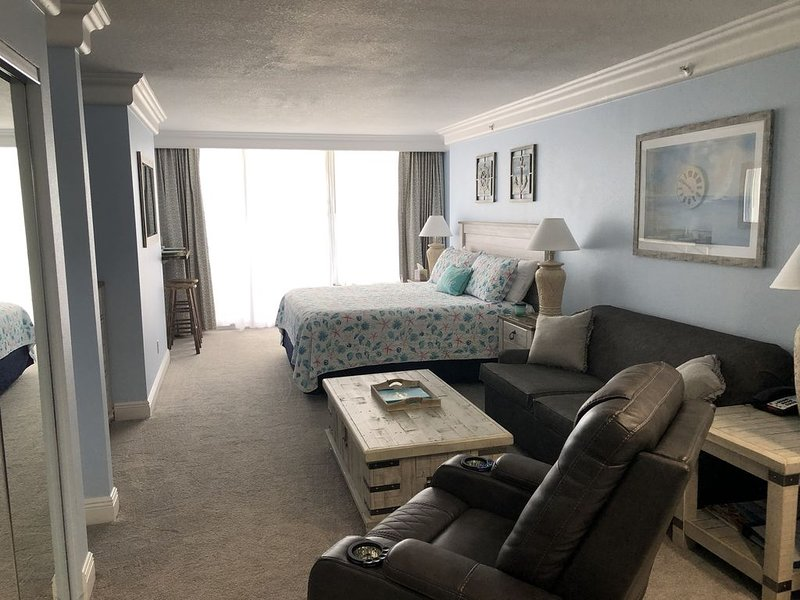 DBR Oceanfront 3'rd Floor King Suite, private balcony, spectacular views!, holiday rental in Daytona Beach