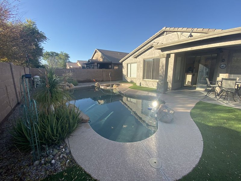 Beautiful home in golf course community with private pool and hot tub., vacation rental in Queen Creek