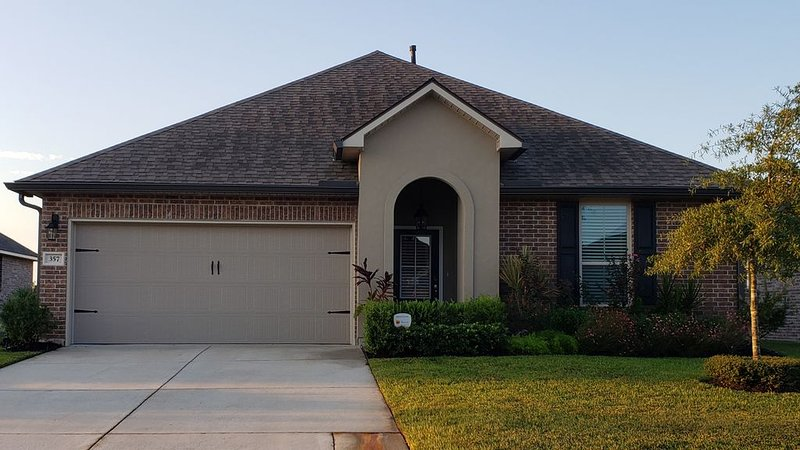 WATERFRONT HOME SURROUNDED BY PRIVATE GARDEN MINUTES FROM DOWNTOWN NEW ORLEANS, holiday rental in Slidell