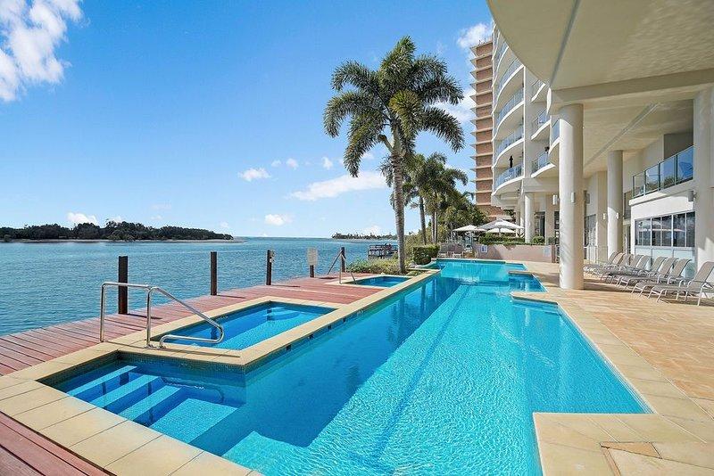 Luxury Waterfront Views! Maroochydore! Free WiFi*Netflix*Parking*Wine, casa vacanza a Alexandra Headland