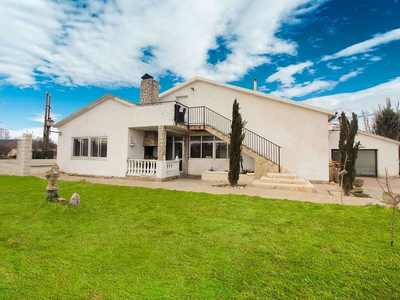 Lavish Villa in Villamuriel de Cerrato with Swimming Pool, holiday rental in Autilla del Pino