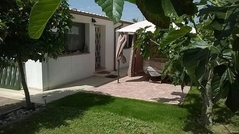 Vrijstaand huis in omheinde tuin, 5 minuten rijden van het strand, holiday rental in Platamona