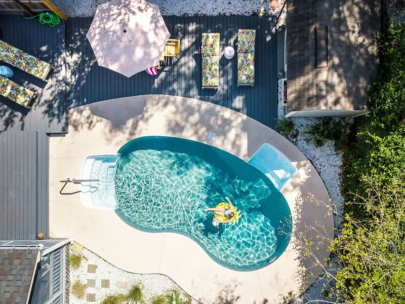 Historic Savannah Pet Friendly Cottage with Fenced Backyard and Easy Walk to Ma, casa vacanza a Pooler