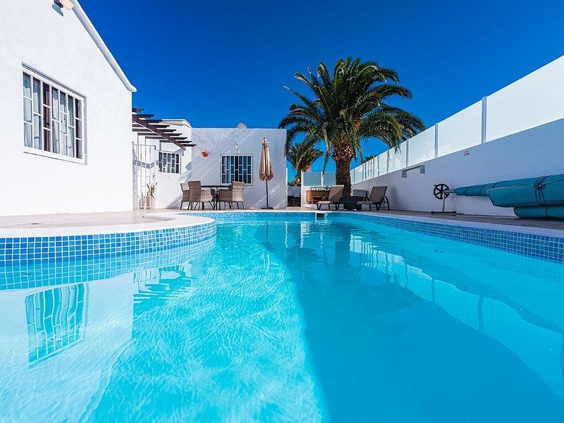Villa in Los Mojones Puerto Del Carmen, Total Privacy, Pool & HotTub, near beach, alquiler de vacaciones en Puerto del Carmen