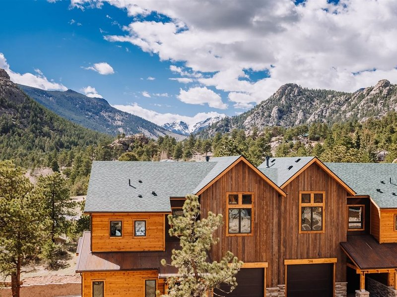 View the Continental Divide from your Private Deck. Walk to Downtown!, vacation rental in Estes Park