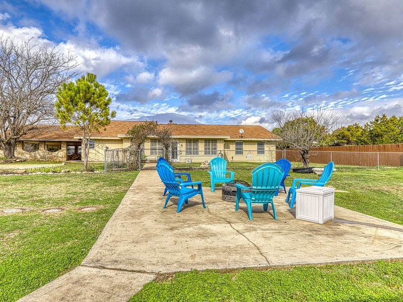 Relaxing family friendly home, fire pit, playground, river access & dogs ok!, holiday rental in Liberty Hill