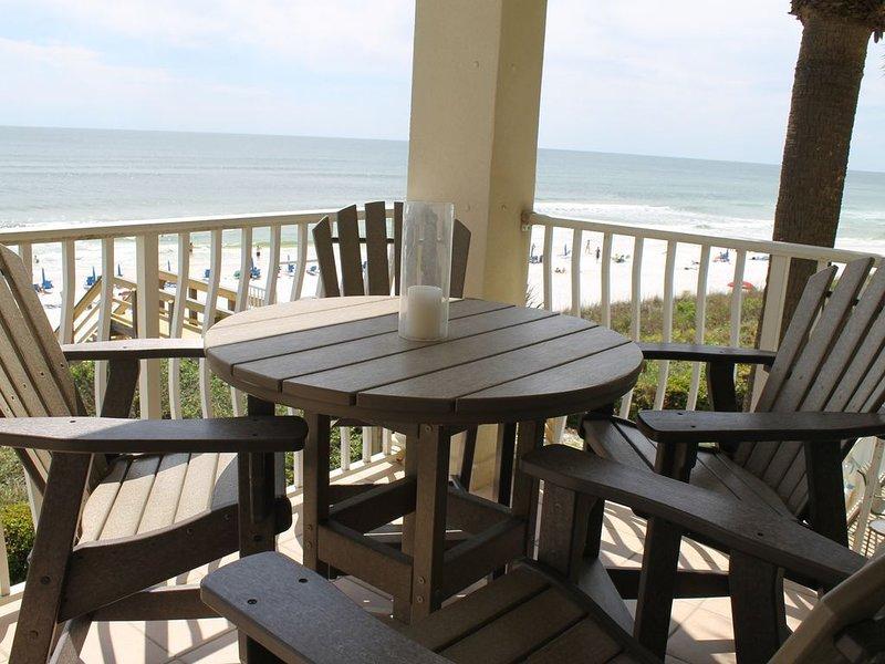 Dies ist ein beliebter Ort, um auf Ihrem privaten Balkon mit Blick auf den Golf zu speisen.