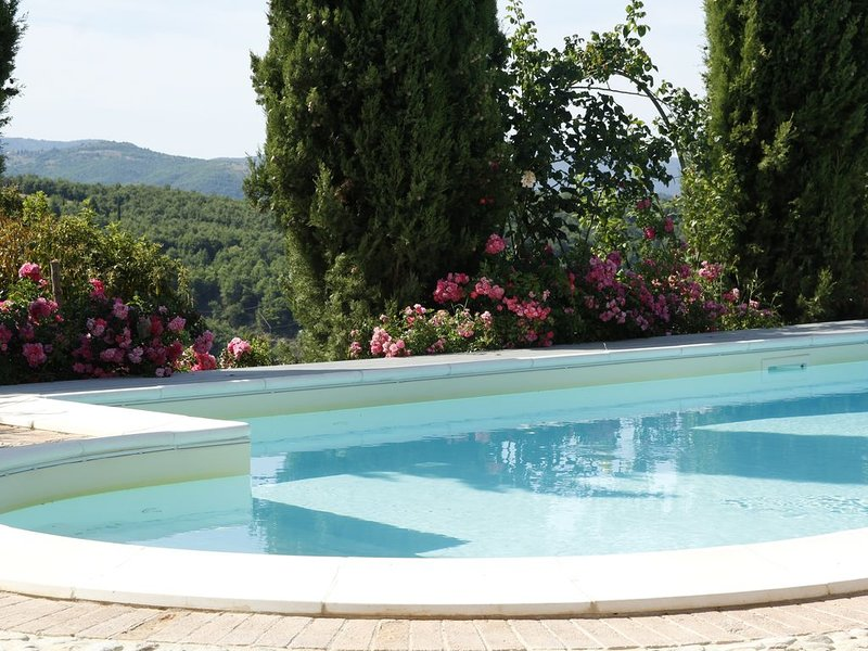 Stupenda Villa con mobili d'epoca ,  ampio giardino di rose e piscina privata, casa vacanza a Pornello