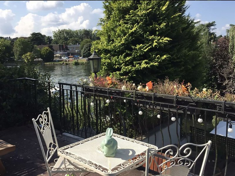 Fabulous house on the river Thames riverside, near Windsor and London, holiday rental in Wraysbury