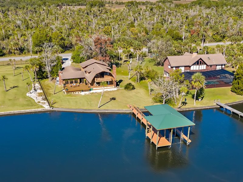 Homosassa Riverfront -boat dock, amazing view, easy access to springs and Gulf, holiday rental in Homosassa