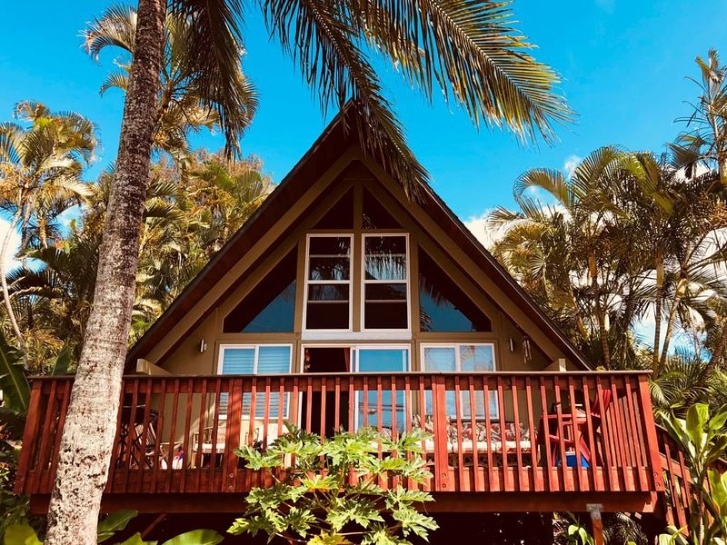 Classic Hawaiian style A-frame Cottage just steps away from the beach, holiday rental in Haleiwa