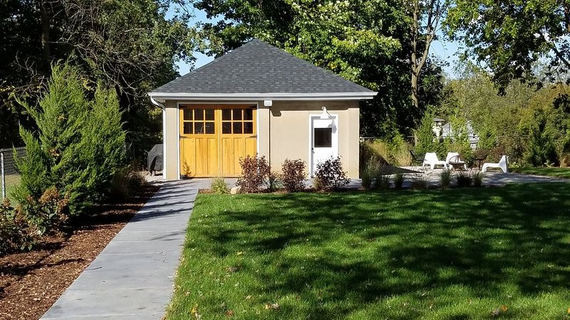 New Listing! Old West Side Carriage House blocks from downtown & the Big House!, holiday rental in Ann Arbor