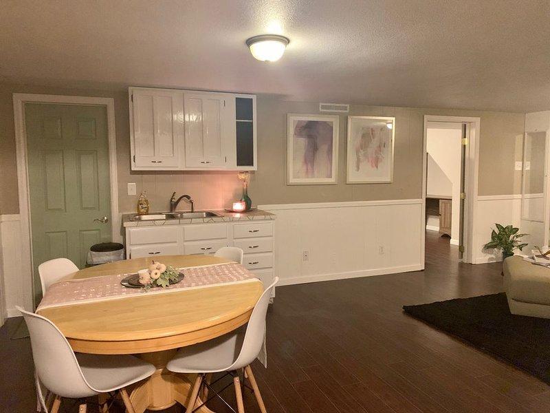 Beautiful, Modern & Clean Bedroom in nice Belmont area, holiday rental in Pueblo West