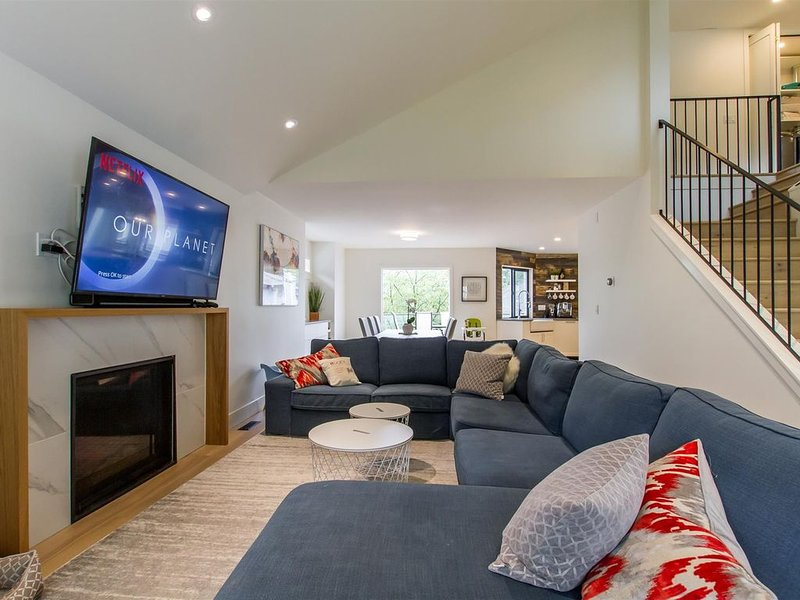 Gorgeously Renovated Oceanside Home with Seasonal Ocean Views, vakantiewoning in Port Coquitlam