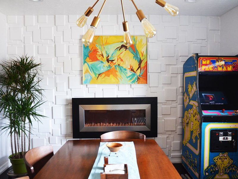 Airport/FT.Bliss Mid-Century Modern Home, holiday rental in Santa Teresa