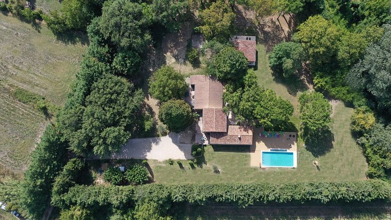 A new house in Provence Luberon, South France with space around and heated pool, aluguéis de temporada em Saint-Martin-de-la-Brasque
