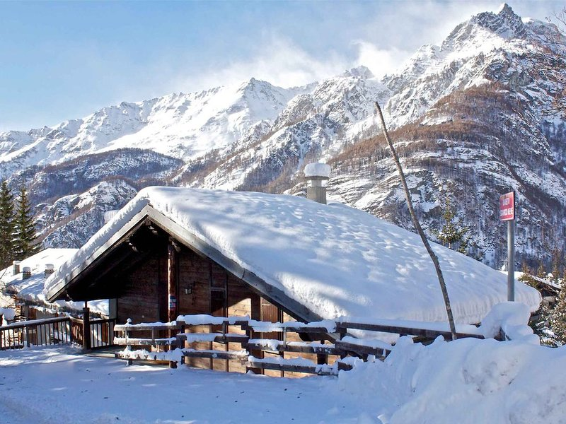Chalet Belvedere - appartamento con camino a Valtournenche, Ferienwohnung in Valtournenche