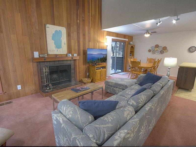 Walk to Hyatt & Beach, Fireplace, Community Hot Tub, Sauna, BBQ (CDC0622), alquiler de vacaciones en Carson City