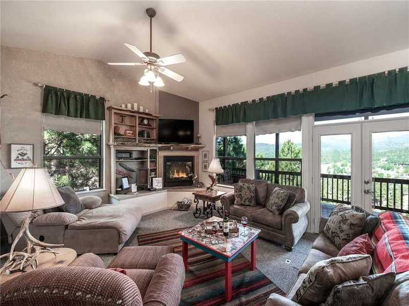 Robins Nest, 3 Bedrooms, Fireplace, Hot Tub, Game Room, Sleeps 8, vacation rental in Ruidoso Downs