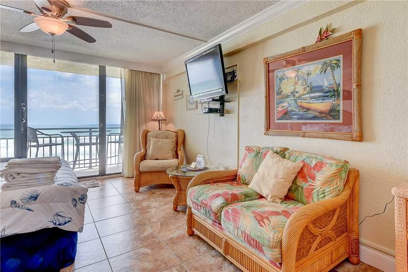 Hawaiian Inn 238, Beach Front, Huge Outdoor Pool, Heated Indoor Pool, Kiddie Poo, casa vacanza a South Daytona