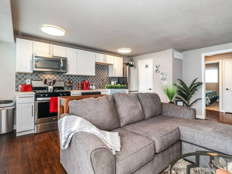 H-5 2 King BR. Awesome Plaza Location. Private balcony. Professionally Cleaned!, location de vacances à Overland Park