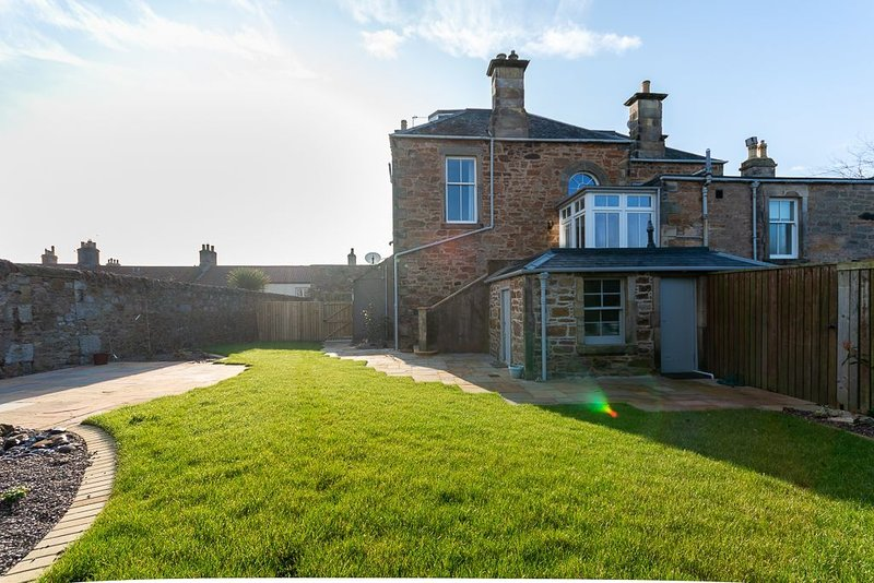 Stylish house, sleeps 8 with garden and outhouse, holiday rental in Elie