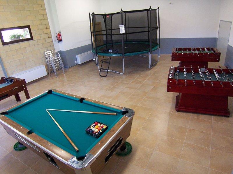Casa Rural (alquiler íntegro) Don Roque I y II para 20 personas., vacation rental in Urdiain
