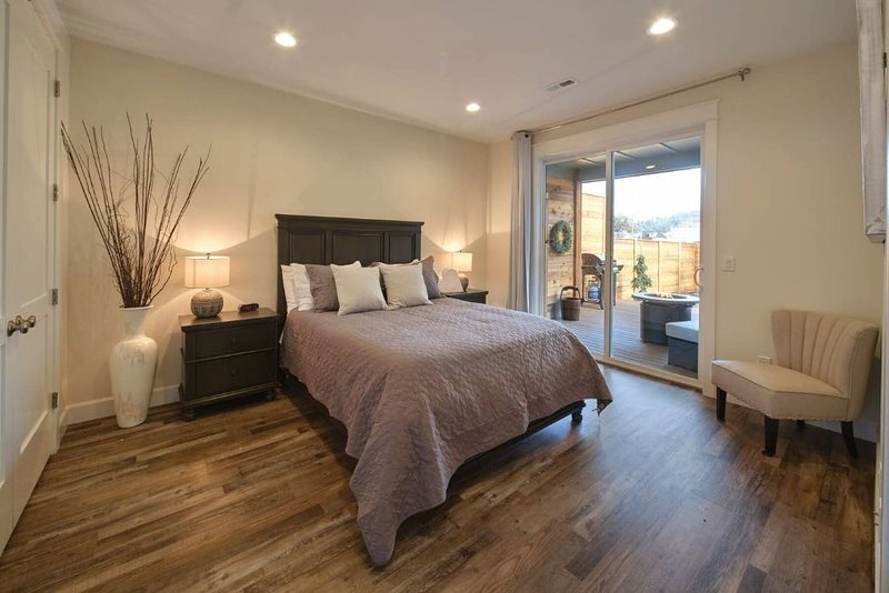 526 Brand New, Luxury, Private, ADA accsessible Home Rental - 3 minutes off I-5, aluguéis de temporada em Saint Helens