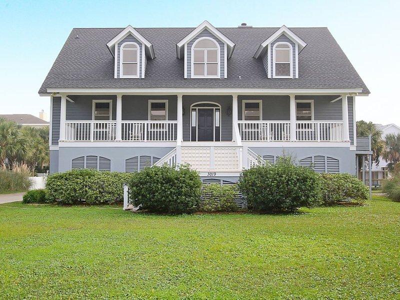 Gorgeous 6 Bedroom Beach House Steps From The Ocean, location de vacances à Sullivan's Island