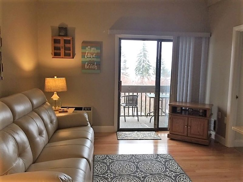 3 Bedroom, Top Floor Condo with Winnipesaukee Lake Views, aluguéis de temporada em Laconia